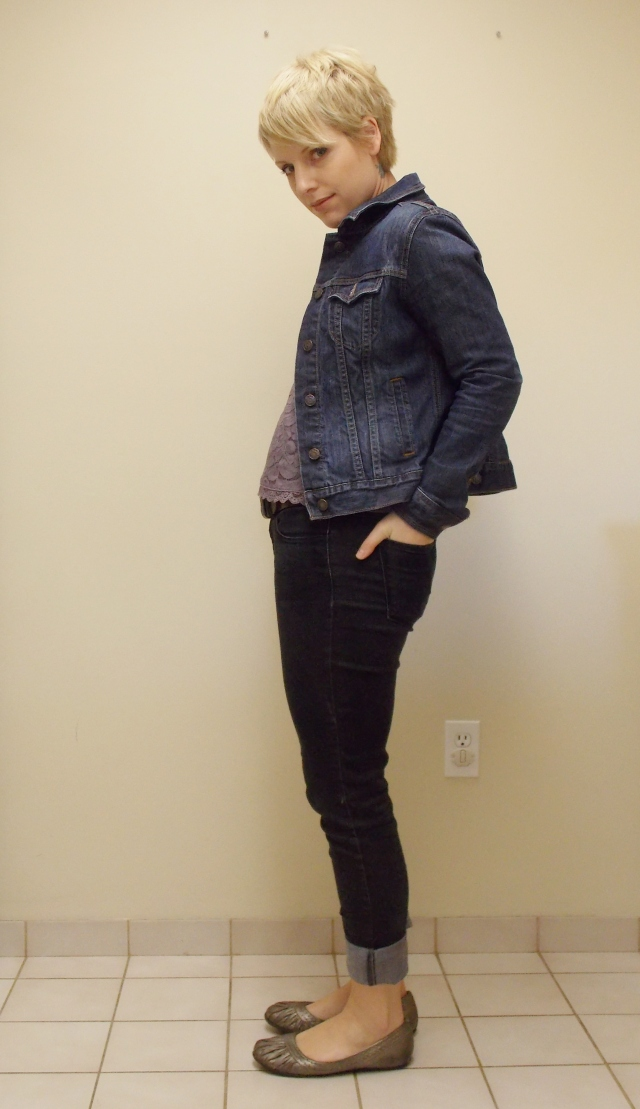 casual look, black skinny jeans, dark wash jean jacket